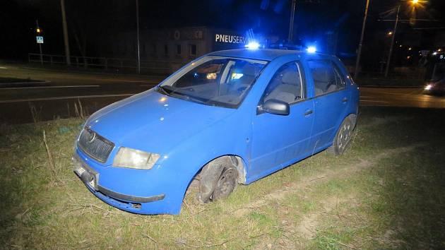 Opilý řidič, který nesmí řídit do příštího roku, zhasl uprostřed kruhového objezdu.