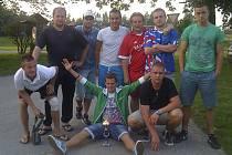 Družstvo Rafandy Kaplice, které na turnaji v Pojbukách vybojovalo cenné stříbro. Na snímku nahoře zleva: Klabouch, Červený, Sedlák, Pexa, Minář a Zedek, dole zleva: Alenka, Bordáč a Bendík.