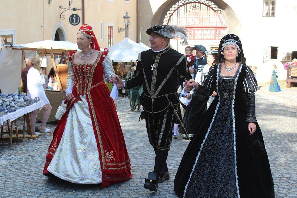Rychtářský průvod navnadil návštěvníky Slavností pětilisté růže.