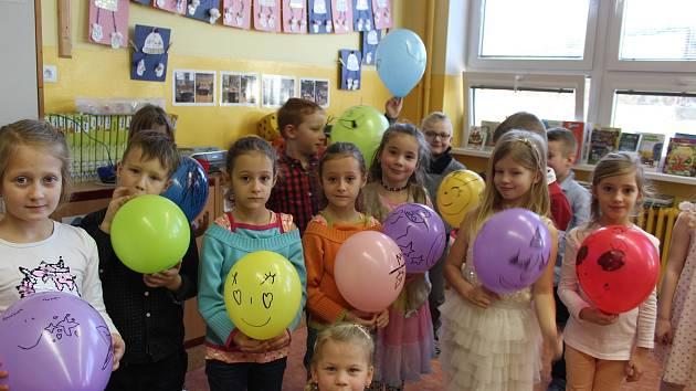 Prvňáčci v céčku ZŠ Fantova v Kaplici první vysvědčení rovnou ve třídě hned také oslavili.