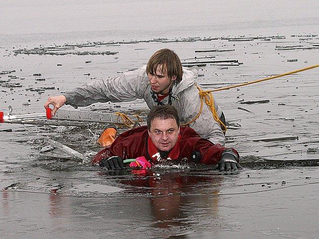 Vykoupat se v tomto studeném počasí v neméně studené vodě nebývá pro většinu lidí nic příjemného. Záchranáři to mají ale v popisu práce.