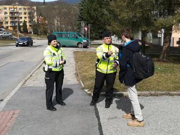 Policisté na frekventovaných přechodech učí děti, jak se chovat vsilničním provozu.