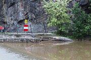 Záchytný plot, pneumatiky a zákaz proplutí, tak to vypadá pod Barevnou skálou v těchto dnech.