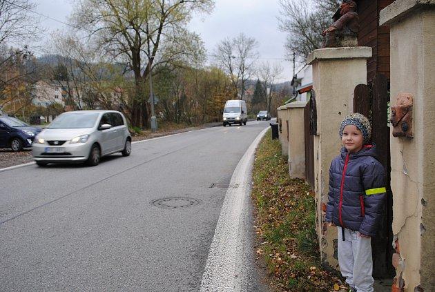 Staňkovi bydlí u výpadovky na Větřní, kde projedou tisíce aut denně, u domu ale nemají chodník a musí přebíhat přes silnici.