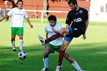 Jedním z mála kladů utkání Slavoje na katovickém trávníku bylo nastoupení po zranění se vracejícího Michala Klivandy (vlevo v souboji se střelcem vítězných gólů domácích Krejsou).