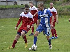 Jednoznačně nejlepším hráčem derby bitvy mezi Křemží a Velešínem byl hostující záložník Petr Fišer (vpravo u míče, před domácím Danielem Pechem), který po krásné individuální akci v 53. minutě vyrovnával na 1:1.
