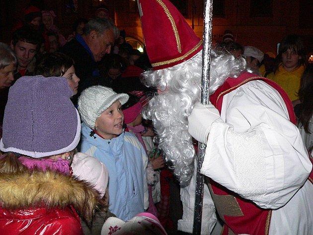 Svatý Mikuláš se svou družinou přijel v kočáře taženém koňmi na náměstí zcela zaplněné lidmi.