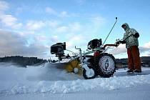 Ledová dráha na lipenském jezeře je připravena, bruslení začíná.