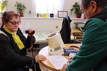 Pacienti Lékaře Miloslava Michka podepisují petici za zachování jeho ordinace.