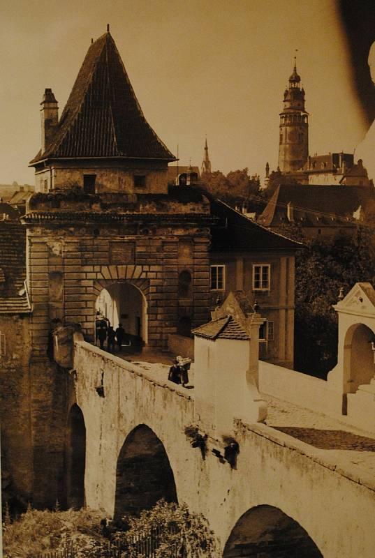 Ve spolupráci s Museem Fotoateliér Seidel připravilo centrum desítky fotografií z doby Schieleho života (1890-1918). Na snímku Budějovická brána.