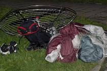Motorový paraglading, s nímž jeho pilot vzlétl u rakouského Freistadtu, spadl mezi paneláky na loučovickém sídlišti.