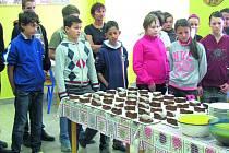 MLADÉ KUCHAŘKY pozvaly své spolužáky do školní jídelny, kde proběhly ochutnávky jídel. Na výběr bylo z pečeného jablečného perníku, dýňového džusu a bramboráků.