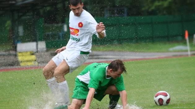 V sobotu se hrálo na českokrumlovském fotbalovém hřišti vodní pólo (na snímku Boháč v bílém v souboji s hráčem Lažiště Zdychyncem).