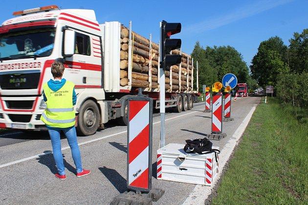 Šoféry jedoucí ve směru od Českých Budějovic do Kaplice a dál, čeká další čekání v koloně aut.