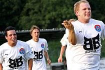 Bod pro Spartak zařídil hlavou Milan Románek (zcela vpravo při gólové radosti Kaplických).