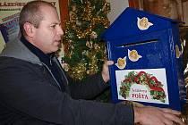Tajná vánoční přání mohou děti vhazovat do speciální schránky, kterou do hračkářství na náměstí Svornosti přinesl šéf provozu českokrumlovského divadla Miroslav Opelka. Vánoční poštu si kouzelní skřítkové vyzvednou poslední neděli před Štědrým dnem.