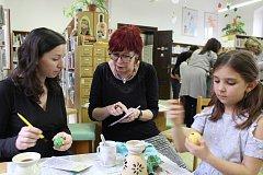 Na velikonoční dílně v krumlovské městské knihovně učila výtvarnice Regionálního muzea Lenka Kohoutková návštěvníky malovat kraslice voskem.