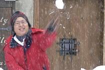 Vydatná sněhová nadílka se v pondělí pro turisty stala další atrakcí Českého Krumlova.