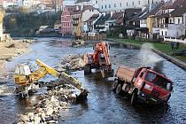 Jeden z nákladních vozů značky Tatra se při popojíždění na vybagrované cestě převrátil do řeky.