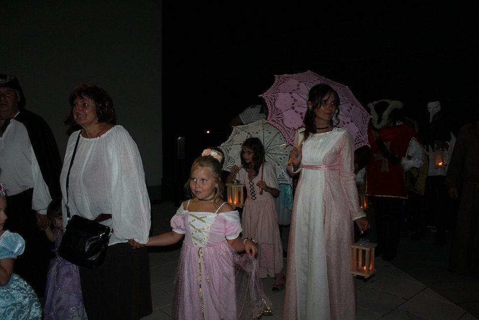 Součástí Kaplických slavností byl večerní průvod s loučemi na téma magie a mystika a ohňová show v městském parku.
