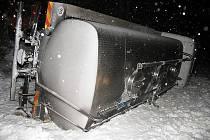 Řidič cisterny s mlékem doplatil na silnici s nafoukaným sněhem.