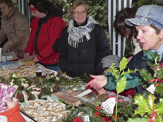 Adventní charitativní trh v neděli tradičně zahájil druhé nedělní odpoledne ve Velešíně, které po pohádkách a muzice vždy vrcholí zpíváním pod vánočním stromem a jeho rozsvícením.