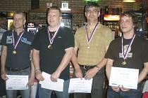 V soutěži mužské čtyřhry hráčů nad 40 let při letošním MČR veteránů postoupil pár složený z kladenského Filipa Týce a křemežského Michala Koudelky (zprava) hladce až do finále, kde sehrál velice dobré utkání s nakonec vítězným párem Oros a Gregor (vlevo).