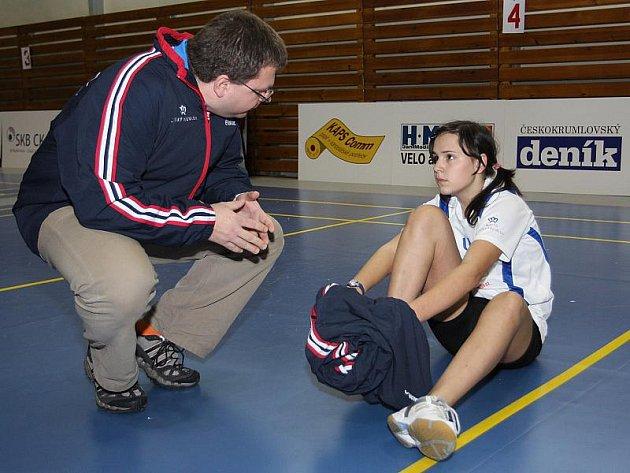 Předseda pořádajícího oddílu SKB a českokrumlovský trenér Radek Votava právě udílí pokyny domácí naději Sabině Milové, která sice ve dvouhře zůstala trochu za očekáváním, ale vše si potom s oddílovými spoluhráči vynahradila v párových disciplínách.