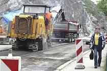 Na komunikaci Pod Skalou se už naplno pracuje na opravě silnice. Úsek je uzavřen.