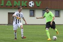 Při hráčské mizérii kaplického Spartaku ve finiši nepovedené sezony musel v Jankově do pole nastoupit i mladý gólman František Říha  (na snímku vlevo při napadání rozehrávky domácího Jana Šebelky).