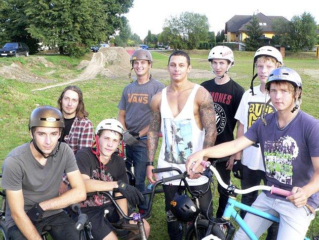 Parta odvážných vyznavačů free style na kolech disciplíny dirt.