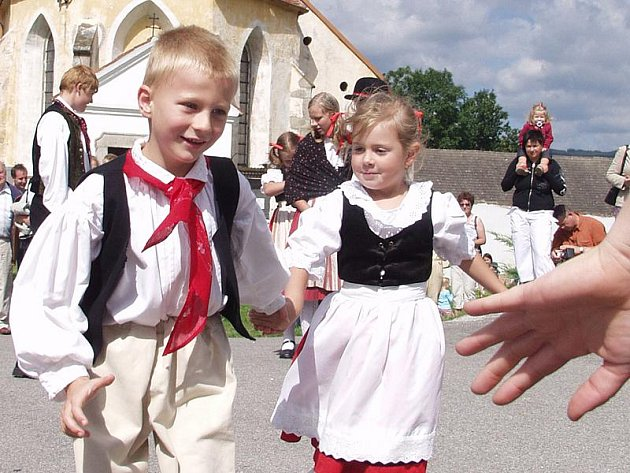 Na snímku tradiční pouť v Černici, místní části mojného.