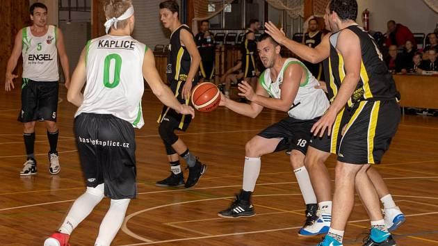 Kaplický Jakub Šulek (s míčem) patřil k oporám Spartaku na písecké palubovce, připsal si dvě trojky a celkem v utkání zaznamenal 12 bodů.