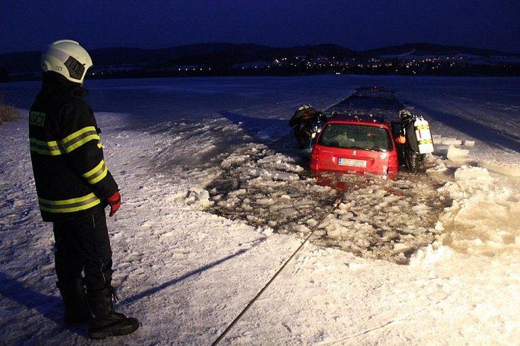 V roce 2015 se na Lipně prolomil led pod osobním autem značky Peugeot.