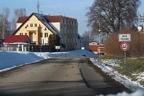 Kolem této silnice povede chodník, o který Třebonínští usilují dlouhé roky.