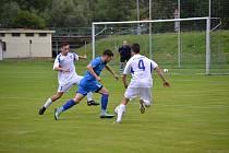 Frymburští při derby v Loučovicích neudrželi poločasové vedení, po pauze čtyřikrát inkasovali a stačili v závěru už jen trefou Jana Rillicha (uprostřed v modrém) korigovat na výsledných 2:4.