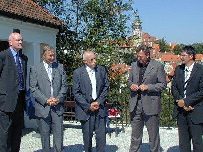 Zástupci kraje, města a firmy SKANSKA slavnostně otevřeli opravenou silnici.