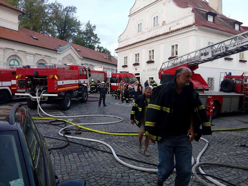 Několik hodin trvalo jednotkám profesionálních i dobrovolných hasičů dostat pod kontrolu požár dvou obytných domů, zásah tím ale zdaleka neskončil.