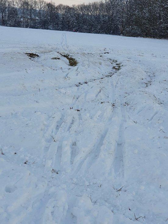 V rozbitých stopách na pár centimetrech sněhu se špatně jezdí. Rozježděná stopa za Špačkárnou v ČB a rozšlapané stopy směrem na Roudné.