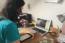 Soňa Dobiášová při online výuce žačky v druhé třídě, kterou učí psaní a čtení psacích písmen.
