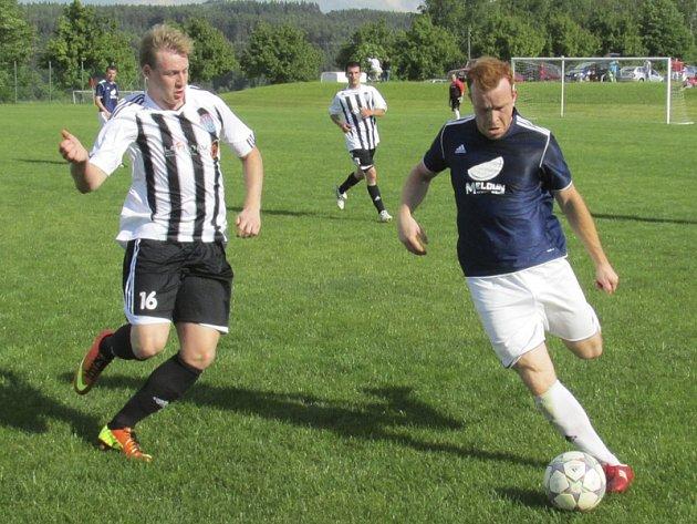 V zajímavém utkání se několikrát v osobním souboji utkali novobystřický Luděk Kuchař a kaplický Jan Smolen (zprava) – a oba se zapsali do statistik. Prvně jmenovaný červenou kartou a domácí záložník proměněnou penaltou.
