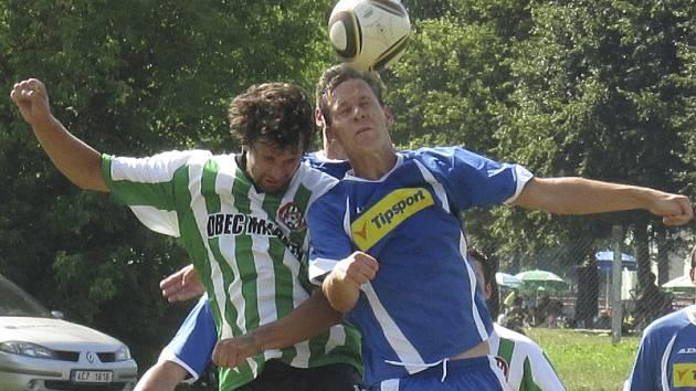 Stejně jako v této chvíli autor dvou branek vítězů Matouš Kouba (vpravo) vyhrál souboj s malontským Radkem Svatoněm, tak i v celém zápase měli jasně navrch favorizovaní Kapličtí.