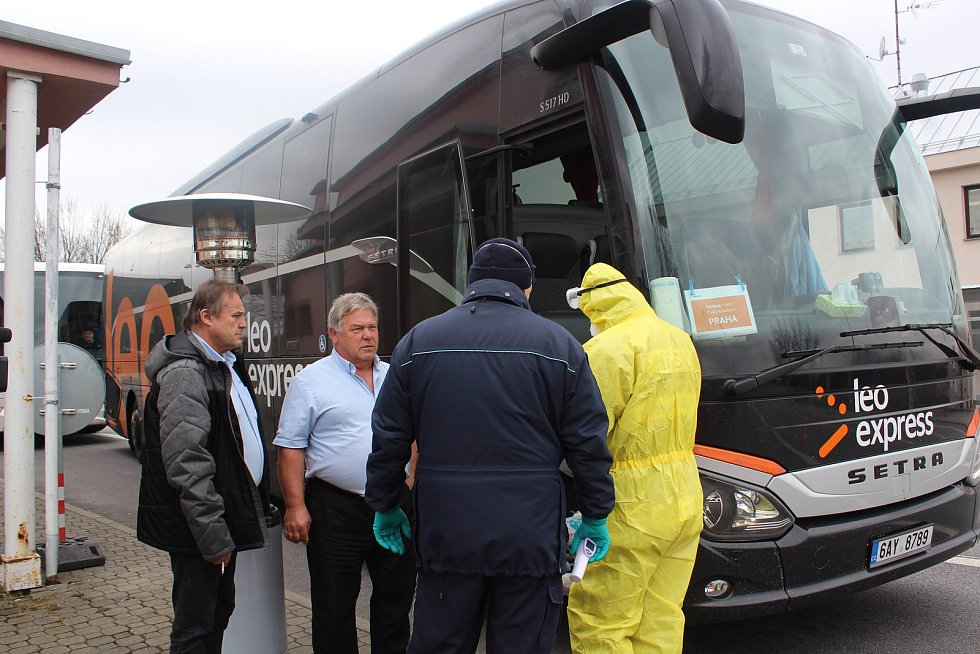 Na Dolním Dvořišti od pondělního rána kontrolují pracovníci Celní správy ve spolupráci s hasiči a policií řidiče i cestující.