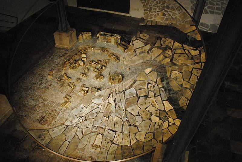 Skleněná instalace Tetse Ohnariho znázorňující čas plynoucí nad historickým městem Krumlovem a jeho obyvateli.
