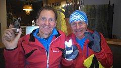 Účastníci závodu Miroslav Šimek (vlevo) a Ladislav Olšjak s pamětní medailí.