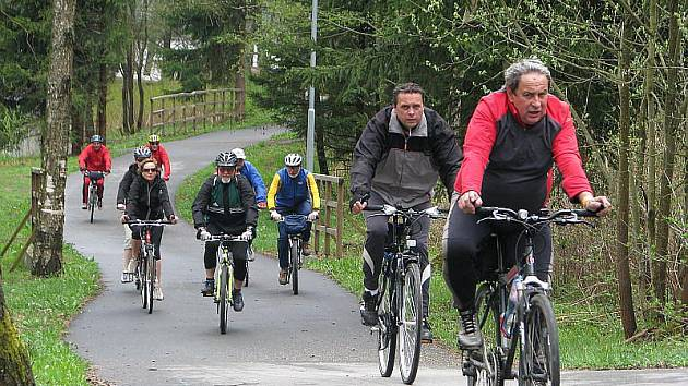 Na slavnostní otevření cyklostezky Frymburk - Lipno nad Vltavou dorazilo 350 cyklistů.