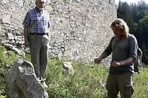 Přednášky na téma alternativní energie jsou již na Dívčím kameni tradicí. Na snímku Jiří Píša (vlevo) poučuje, jak správně s kamenem pomocí virgule komunikovat.