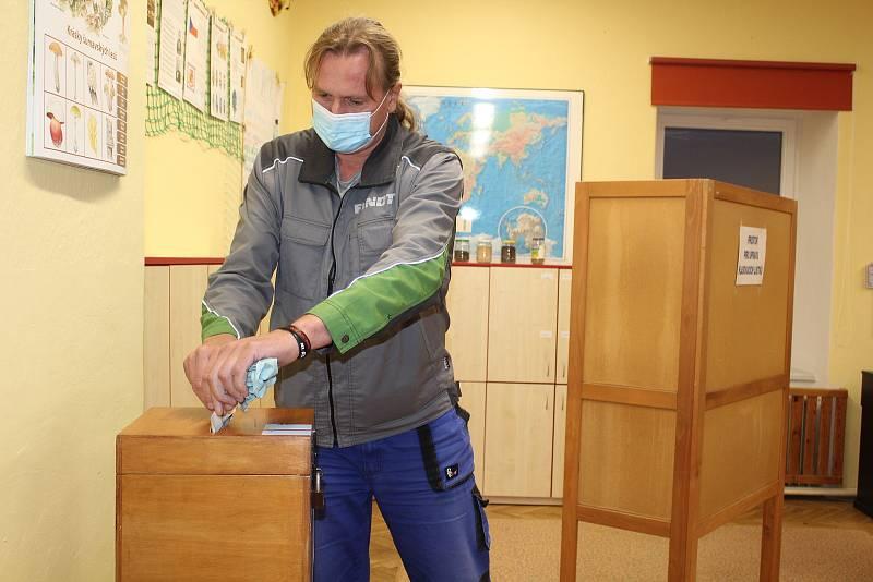 Volební místnost v Zubčicích v základní škole.