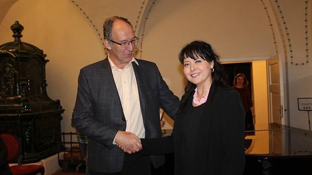 Setkání s Pavlou Gomba se uskutečnilo ve Velkém sále českokrumlovských klášterů. Večer uvedla herečka Dana Verzichová.