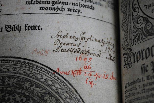 Zrestaurovaná Bible kralická.